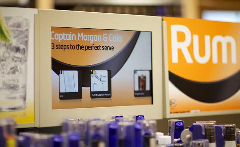 digital-signage-tesco-scherm-whiskey-serveren